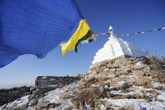 Stupa bouddhiste avec les drapeaux colorés Île d'Ogoi Point de repère de Baikal Photographie stock libre de droits