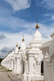 Stupa bouddhiste blanc dans le temple dans Myanmar Photo stock