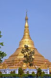 Stupa bouddhiste d'or énorme Photos stock