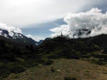 Stupa bouddhiste en Himalaya pendant la mousson Images libres de droits