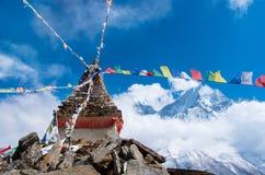 Stupa bouddhiste en montagnes, Népal Photos libres de droits