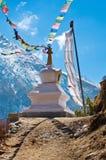 Stupa bouddhiste en montagnes, Népal Photographie stock libre de droits