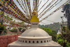 Stupa bouddhiste et beaucoup de drapeaux de pri?re image stock