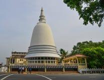 Stupa bouddhiste géant sur la rue de Colombo images stock