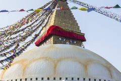 Stupa Boudhanath - το σύμβολο του Νεπάλ, με τις ζωηρόχρωμες σημαίες προσευχής στο υπόβαθρο Ταξίδι Στοκ εικόνα με δικαίωμα ελεύθερης χρήσης