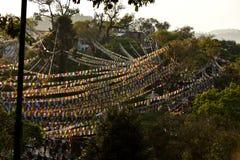 Stupa Boudhanath och färgade flaggor Arkivfoton