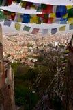 Stupa Boudhanath och färgade flaggor, Nepal Arkivbild