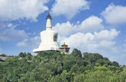 Stupa branco icônico no parque verde de Beihai, Pequim, China Fotos de Stock Royalty Free