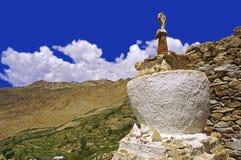 Stupa buddista antico nel deserto ad alta altitudine della montagna Fotografie Stock Libere da Diritti