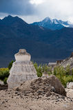 Stupa buddista (chorten) sopra le montagne dell'Himalaya Immagine Stock