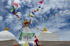 Stupa buddista con le bandiere variopinte Fotografia Stock Libera da Diritti
