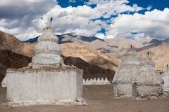 Stupa buddista sopra le montagne dell'Himalaya. L'India Fotografie Stock
