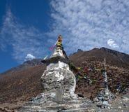 Stupa budista acima de Dingboche na maneira ao acampamento base de Everest, imagem de stock
