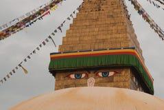 Stupa budista Bodnath, parte superior da estrutura com olhos da Buda e as bandeiras coloridas da oração, Kathmandu, Nepal Imagens de Stock