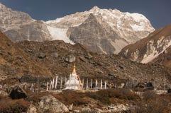 Stupa budista cerca del pueblo de Kyangjin Gompa con el lirung de Langtang en fondo imagenes de archivo