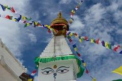 Stupa budista com bandeiras coloridas Imagem de Stock Royalty Free