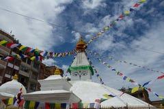 Stupa budista com bandeiras coloridas Fotografia de Stock Royalty Free