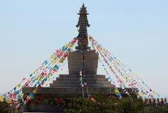 Stupa budista con las banderas de los rezos encima de la colina, Hohhot Fotografía de archivo libre de regalías