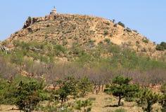 Stupa budista con las banderas de los rezos encima de la colina, Inner Mongolia Fotografía de archivo