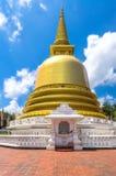 Stupa budista del dagoba en templo de oro imagen de archivo libre de regalías