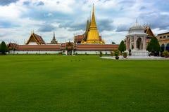 Stupa budista do ouro grande do palácio e ajardinar bonito em Banguecoque, Tailândia Imagem de Stock Royalty Free