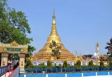 Stupa budista dourado em Kushinagar, Índia fotos de stock