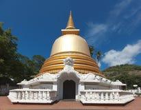 Stupa budista en el templo de oro, Sri Lanka fotos de archivo