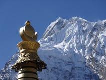 Stupa budista en montañas fotografía de archivo libre de regalías