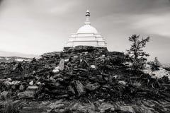 Stupa budista encima de una montaña Fotografía de archivo