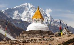 Stupa cerca del pueblo de Dingboche con las banderas del rezo Imágenes de archivo libres de regalías