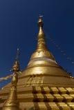 Stupa, chedi e pagode dourados bonitos no templo budista em Tailândia Fotografia de Stock