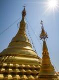 Stupa, chedi e pagode dourados bonitos no templo budista em Tailândia Imagens de Stock