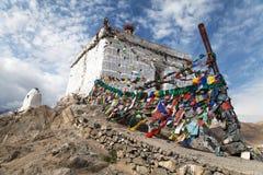 Stupa con la preghiera inbandiera - Leh - Ladakh Fotografie Stock