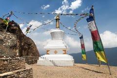 Stupa con las banderas del rezo - manera al campo bajo del monte Everest Fotos de archivo libres de regalías