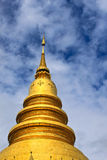 Stupa d'or de temple thaï en Thaïlande Photo stock