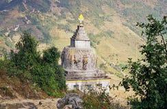 Stupa in de bergen van Himalayagebergte Royalty-vrije Stock Foto's