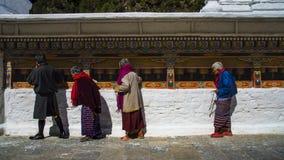 Stupa de Chorten Kora, pessoa que rola as rodas de oração, distrito de Trashiyangtse, Butão oriental fotos de stock royalty free
