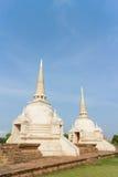 Stupa de dos blancos bajo luz del sol Fotos de archivo libres de regalías