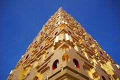 Stupa de oro en el distrito de Sangkhlaburi, provincia de Kanchanaburi, Tailandia Foto de archivo libre de regalías
