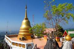 Stupa de oro en un templo budista en Tailandia Fotografía de archivo libre de regalías