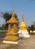 Stupa de oro en un templo budista en Tailandia Fotografía de archivo