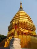 Stupa de oro en un templo budista en Tailandia Imagenes de archivo