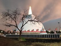 Stupa de Ruwanweli em Sri Lanka imagem de stock royalty free
