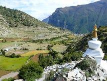 Stupa debajo del pueblo de Ngawal, Nepal Fotografía de archivo