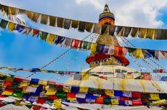 Stupa di Bouddhanath e bandiere buddisti variopinte Fotografie Stock