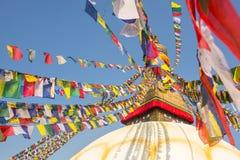 Stupa di Boudhanath - simbolo del Nepal, con le bandiere variopinte di preghiera Corsa Fotografia Stock