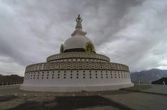 Stupa di Shati vicino alla città India del leh Fotografia Stock