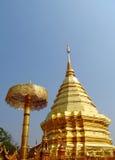 Stupa dorato in un tempio buddista Wat Phrathat Doi Suthep Immagini Stock Libere da Diritti