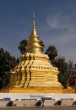 Stupa dourado em Tailândia Fotos de Stock Royalty Free