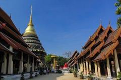 Stupa dourado no lumpang, Tailândia Fotos de Stock